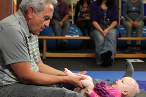 Dr. Brondo behandelt Marlen im Kurs