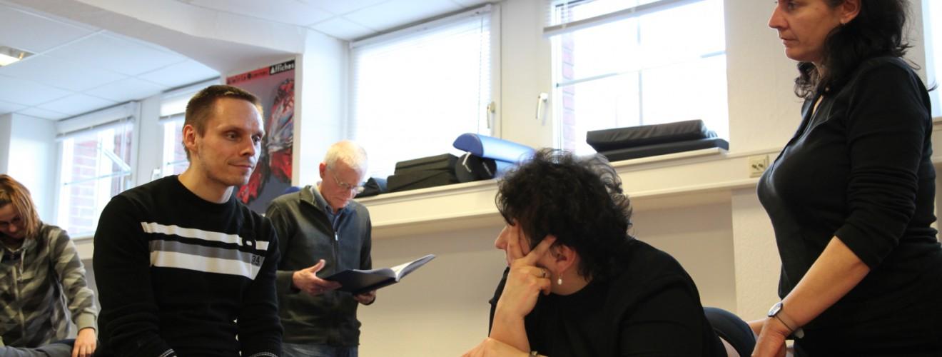 Der Dozent Daniel Dierlmeier im Gespräch mit Kursteilnehmerinnen