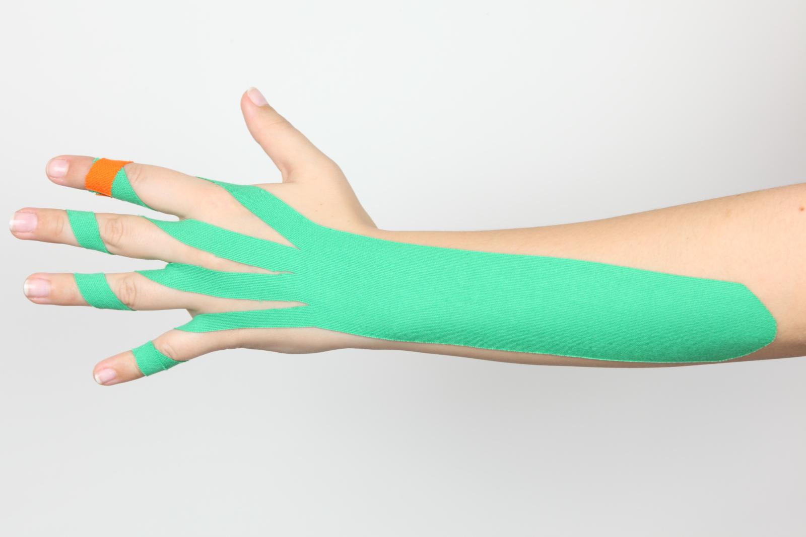 Hand und Unterarm mit Kinesiotape