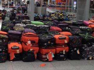 Das Gepäck von Birgit Pammé und Karin HIrsch-Gerdes auf dem Flughafen Düsseldorf zusammen mit vielen anderen Koffern