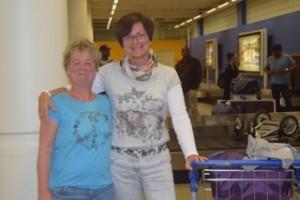 Birgit Pammé und Karin Hirsch-Gerdes stehen Arm in Arm neben ihrem Koffertrolley