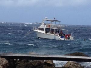 Boot vor Anker in unruhiger See, nah an der Küste