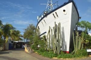 Hotelboot auf dem Trockenen in Willemstaat