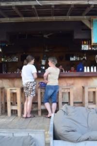 Birgits Nichte Jana und Birgit an der Bar