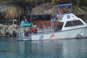 Ein Tauchboot, vollbeladen mit Druckluftflaschen liegt im Hafen