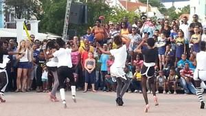Tanzende Menschen am Flaggentag auf den Straßen von Curaçao
