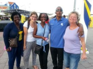 Kursteilnehmerin, Birit Pammé und Mitarbeiter des CDTC und Karin von den Dolphinsuites am Flaggentag beim Guppenbild auf der Straße