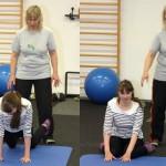 Teilnehmerin am Bobath Infokurs 2 bei der Selbsterfahrung auf der Gymnastikmatte unter Anleitung der Dozentin Kirsten Bejarano
