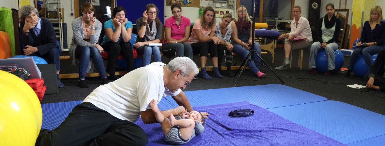 Dr. Juan Brondo behandelt Onno, einen Säugling mit Down-Syndrom im Kurs CCOFS-Basis im September 2015