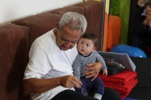 Dr. Brondo behandelt Onno, einen Säugling mit Down-Syndrom im Kurs.