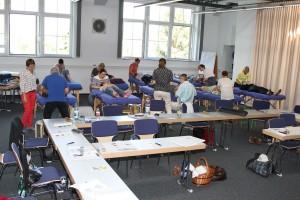 Die Teilnehmer des CMD-Kurses üben aneinander im Konferenzraum 3