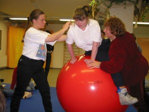 Cordula Schall (li.) und Dorothea Schall (re.) behandeln im Februar 2003 gemeinsam Andrea Hartmann auf dem Großen Therapieball