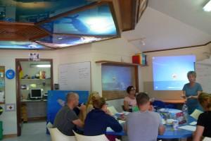 raum in dem eine hausinterne Fortbildung mit den Dozentinnen Birgit Pammé und Karin Hirsch-Gerdes für Mitarbeiter des CDTCs stattfindet