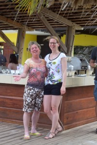 Birgit Pammé steht mit einer Kursteilnehmerin an der Bar
