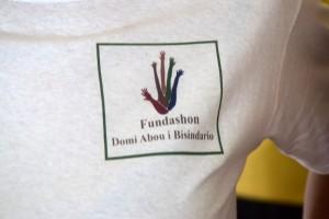Logo Fundashon Domi Abou i Bisindario auf Curaçao mit vielen Armen die sich in die Luft strecken