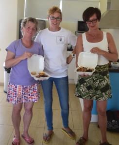Birgit Pammé, Gabrielle u. Karin Hirsch-Gerdes mit Essen