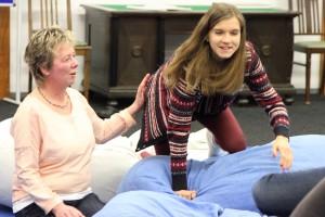 Die Dozentin Birgit Pammé erarbeitet mit einer Teilnehmerin das Krabbeln