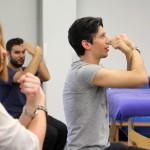 Kursteilnehmer übt einen Bewegungsablauf der Arme von unten nach oben. Ablauf in 4 Bildern , Bild 3