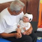 Juan Brondo therapiert ein Frühgeborenes mit Helm