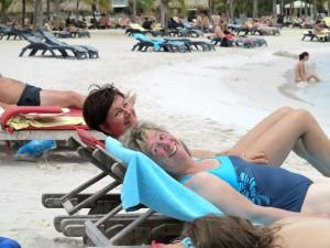 Birgit Pammé und Karin Hirsch-Gerdes am Strand auf Curaçao