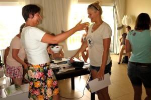 Zertifikatsvergabe von Karin Hirsch-Gerde an Teilnehmerin