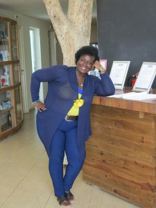 Karin die Rezeptionsdame im den Farben Curaçaos gekleidet