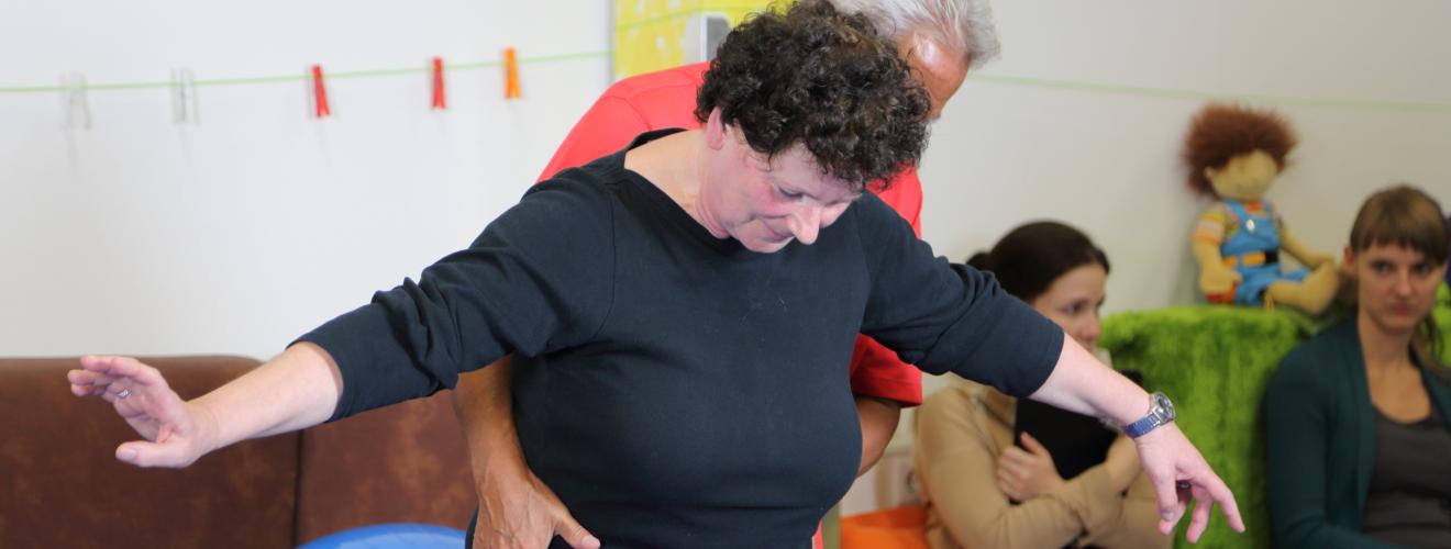 Juan Brondo behandelt eine erwachsene Ataktikerin