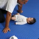 Juan Brondo therapiert ein Frühgeborenes