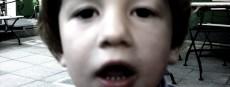Vernachlässigtes Kind blickt in die Kamera